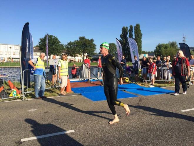 Severin als leider uit het water in Leiderdorp (foto: Andre Schaap)