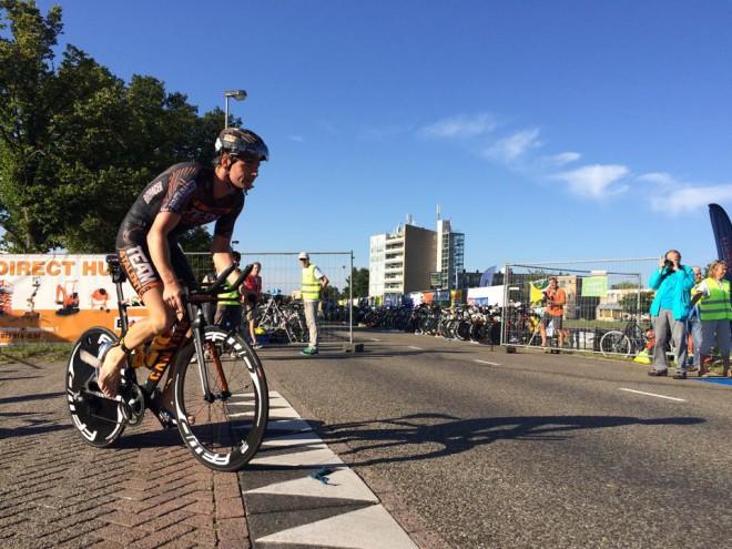 Youri Severin op de fiets in Leiderdorp (foto: Andre Schaap)