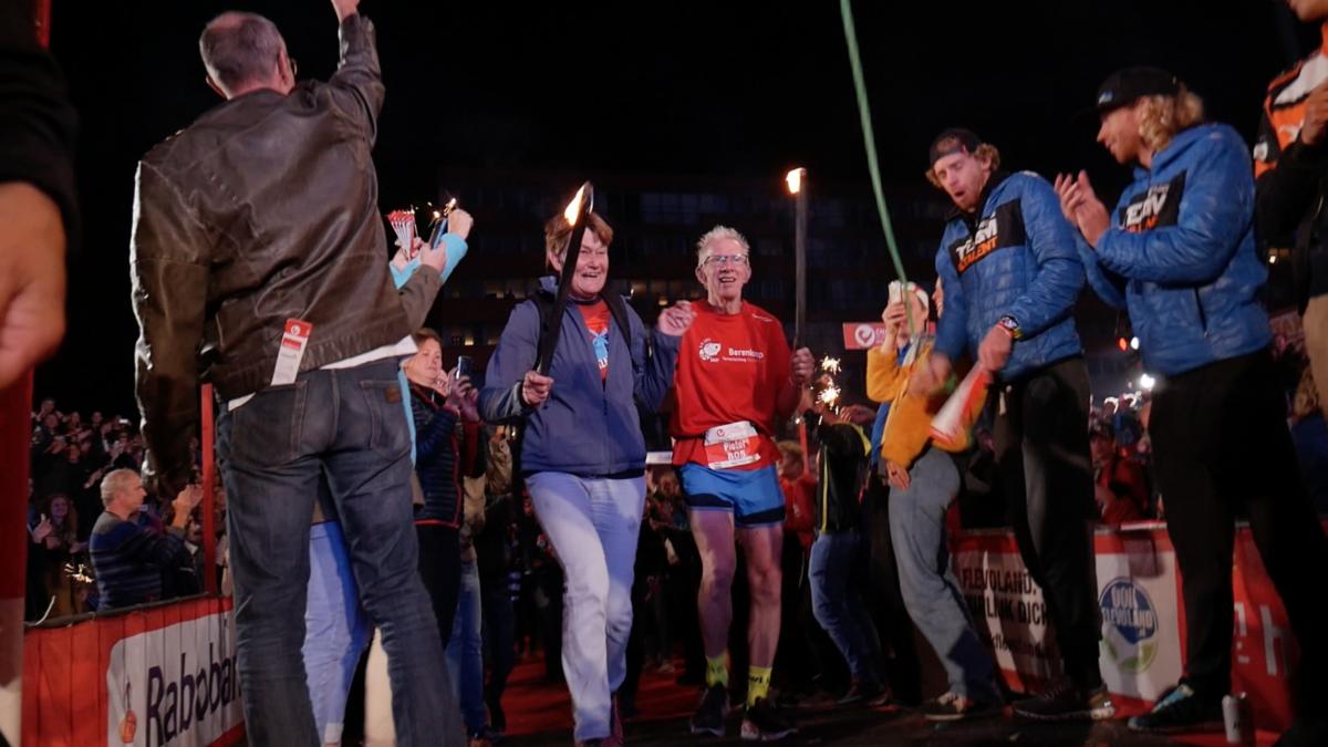 Laatste finisher Challenge Almere-Amsterdam feestelijk onthaald [VIDEO]