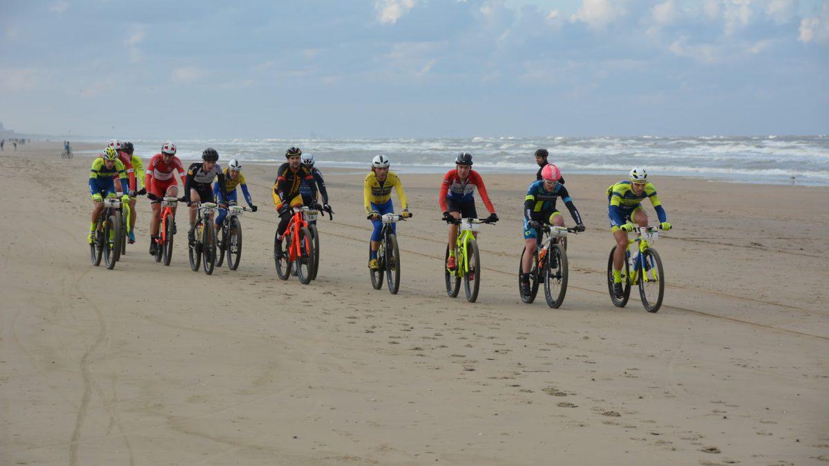 Bikkelen voor deelnemers aan Beach Duathlon Noordwijk