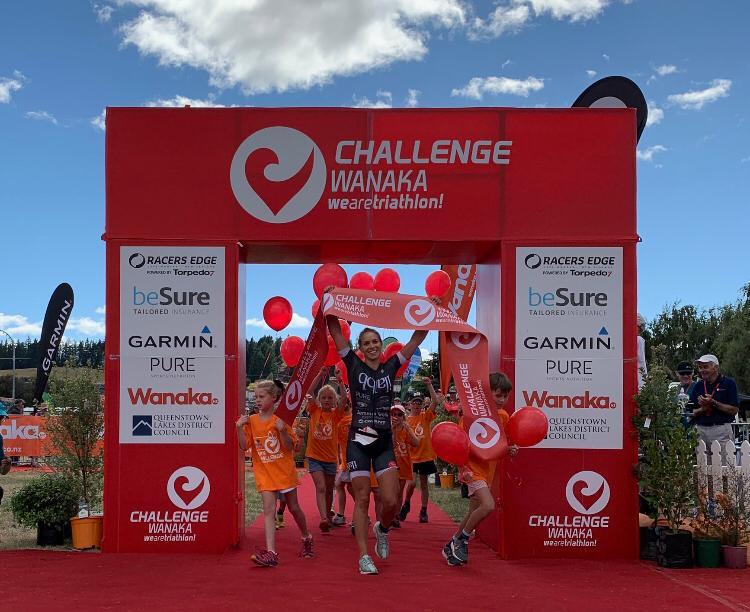Hannah Wells (NZL) slaat toe in laatste kilometers Challenge Wanaka en pakt winst