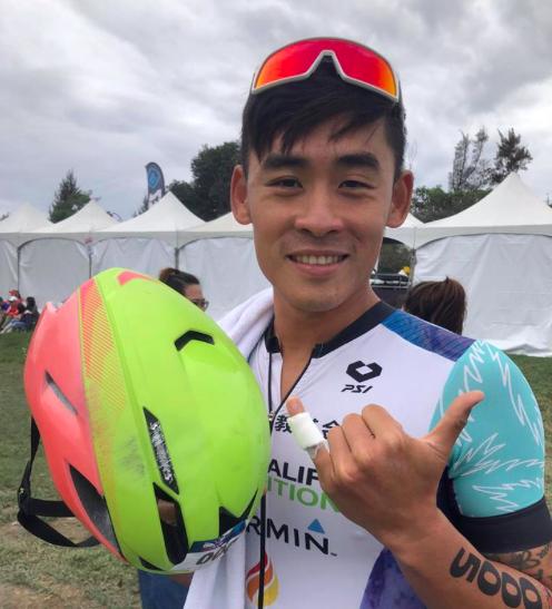 Taiwanese triatleet Sam Hsieh door scooter van fiets gereden tijdens Ironman 70.3 Taiwan