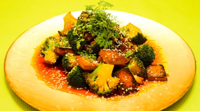 Gerecht: zoete broccoli met tofu, sesam en koriander