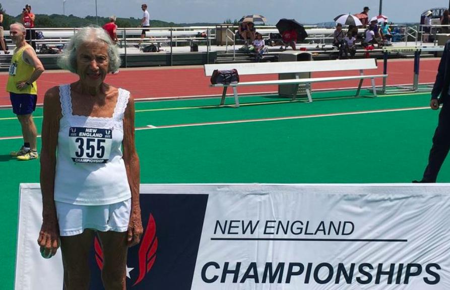 91-jarige Diane Hoffman verbreekt AG wereldrecord 400 meter in 2:44:25