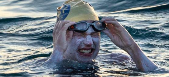 Amerikaanse Sarah Thomas zwemt vier keer kanaal over