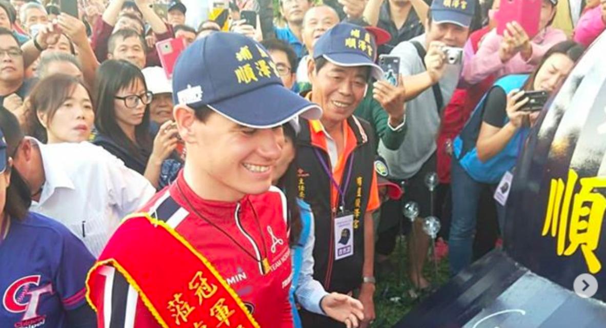 Wereldkampioen 70.3 Gustav Iden ontmoet gigantische fanbase met dezelfde pet in Taiwan