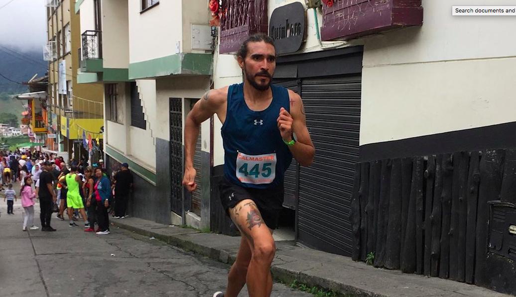 Colombiaanse hardloper schopt hond in wedstrijd en verliest sponsor: 'Ik dacht niet na'