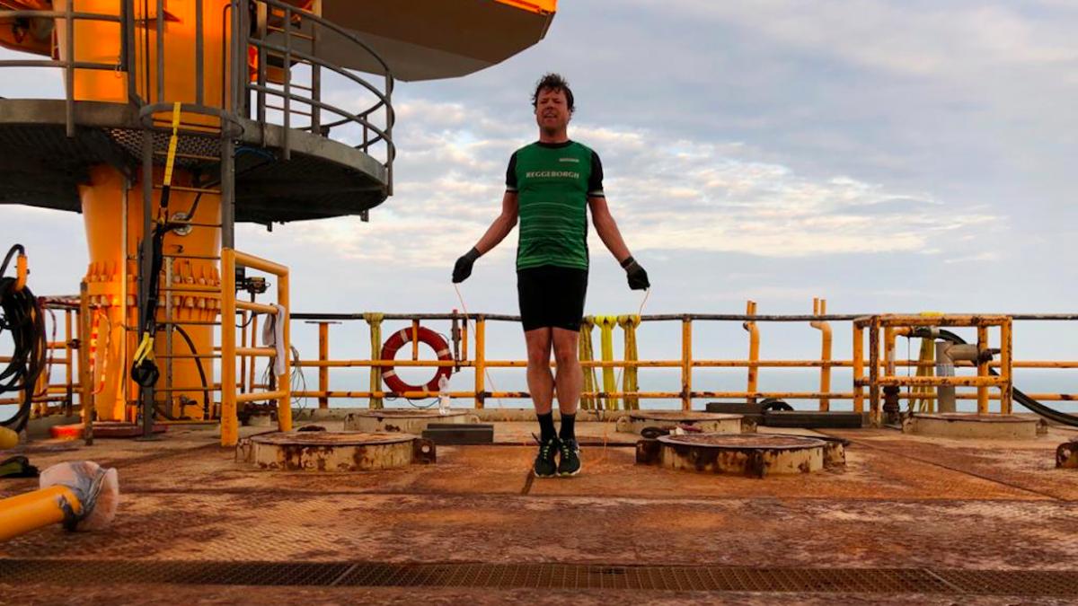 Triatleet Arold Rouwendal traint op boorplatform: 'Soms loop ik rondjes op het helidek'