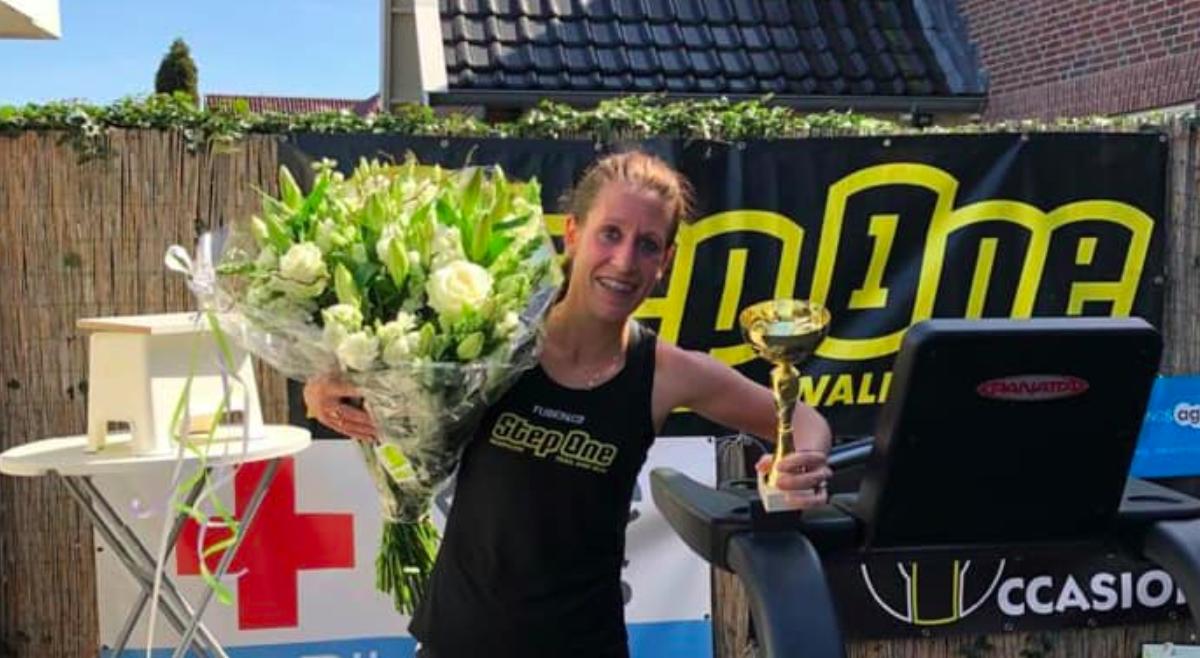 Sabine Wassink zet wereldrecord marathon op loopband op haar naam: 'Het was lood- en loodzwaar'