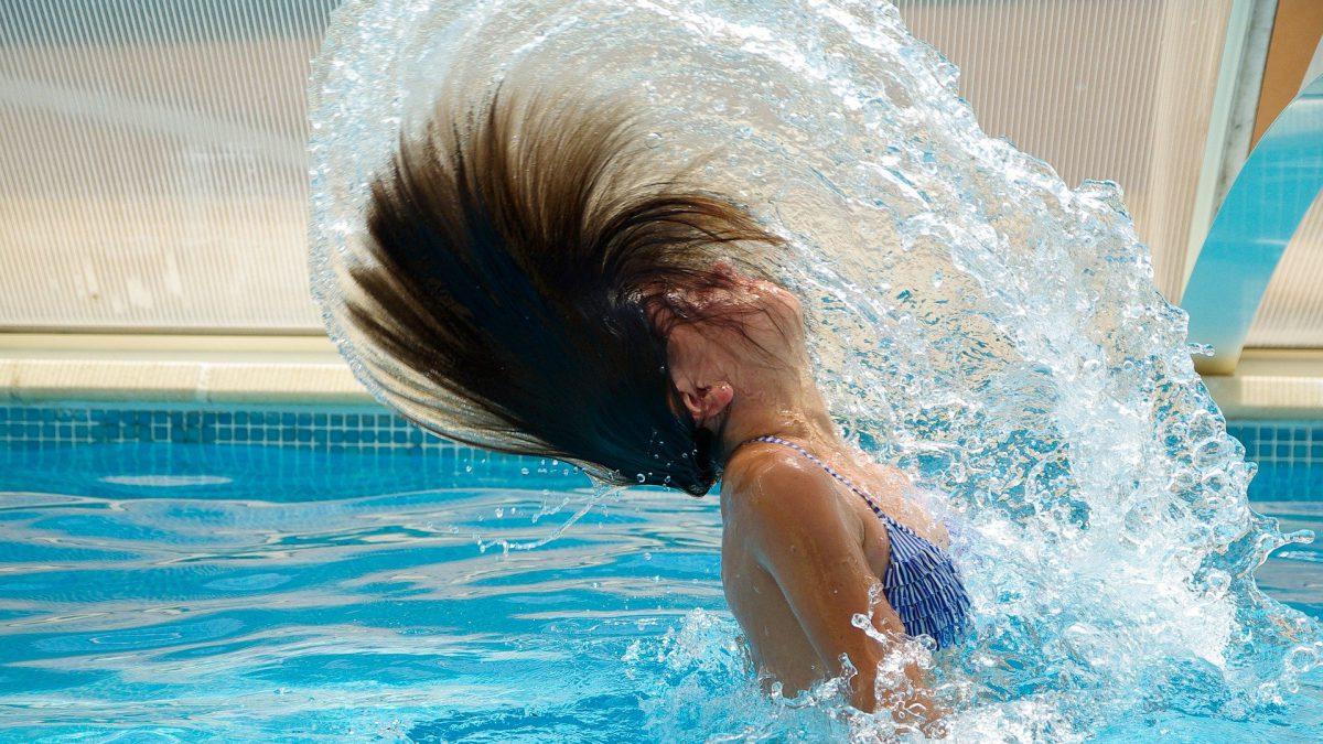 Droog haar door zwemmen in chloorwater voorkomen en bestrijden