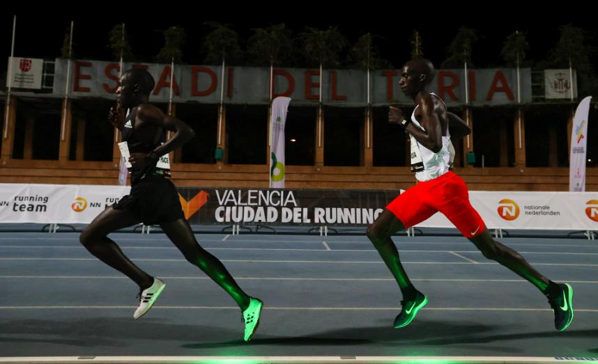 Joshua Cheptegei domineert en breekt wereldrecord 10.000 meter
