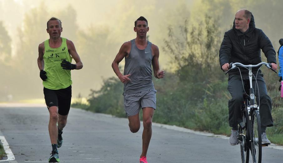 Almeerse triatleten massaal van start bij 'Almerathon', Dennis de Knijff snelste in 2:36 uur