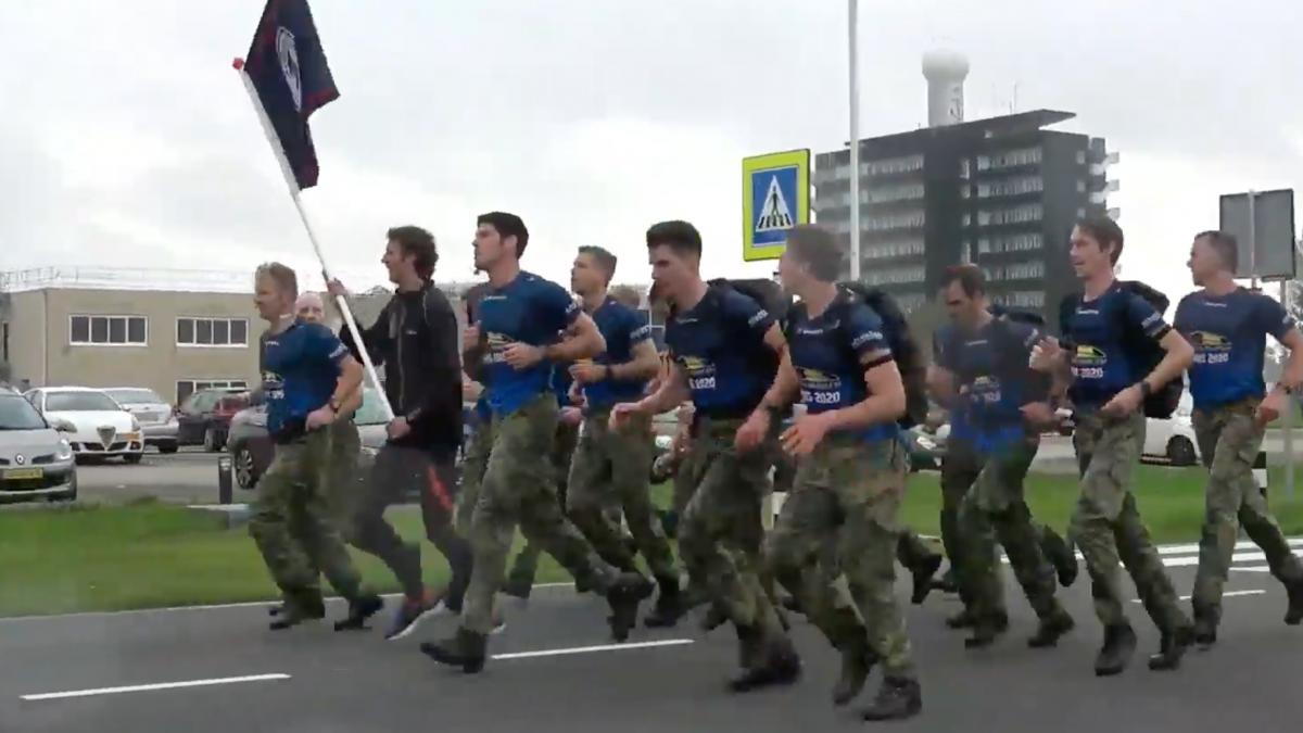 Nederlandse mariniers verbreken Wereldrecord marathon 'speedmarsen'
