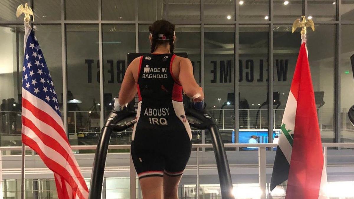 Iraaks-Amerikaanse triatlete finisht indoor Long Distance voor thuisland: 'Dat ben ik ze verschuldigd'
