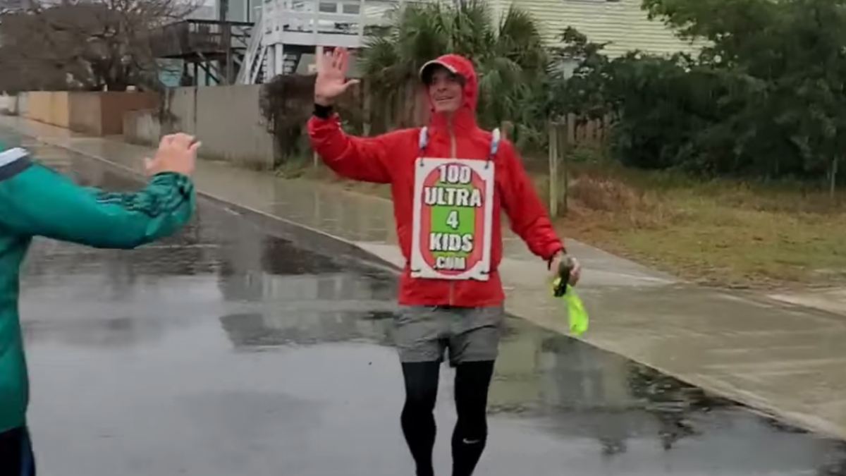 Tracy McCullen rende 100 mijl achterstevoren voor goede doel