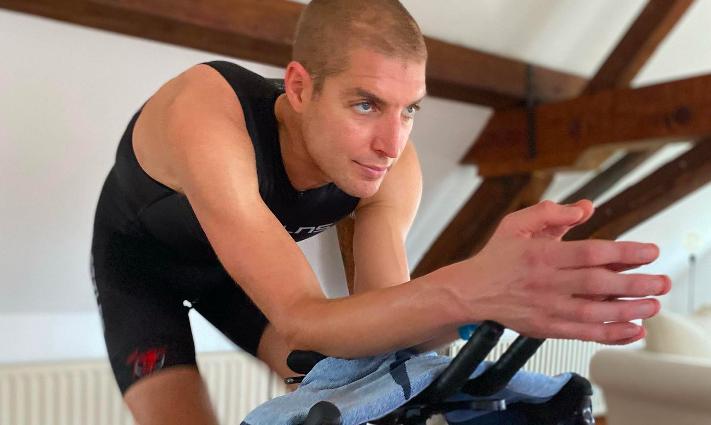 Olympisch kampioen Maarten van der Weijden doet thuistriatlon, volg nu mee live