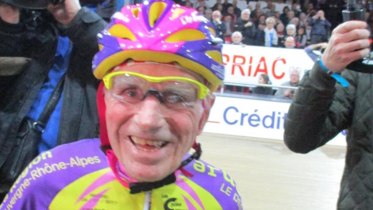 105-jarige Fransman fietst nieuw Wereld Record: 'Ik wil laten zien dat je op deze leeftijd nog kunt fietsen'