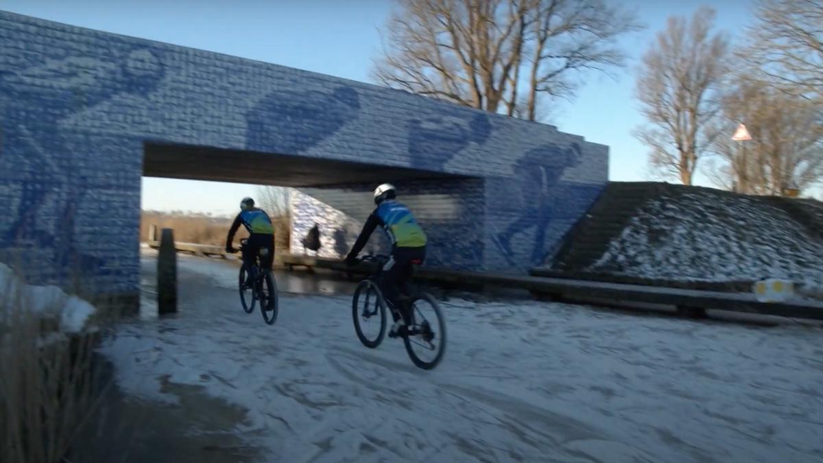Mountainbikers fietsen Elfstedentocht deels over ijs: 'Het was een bijzondere ervaring'