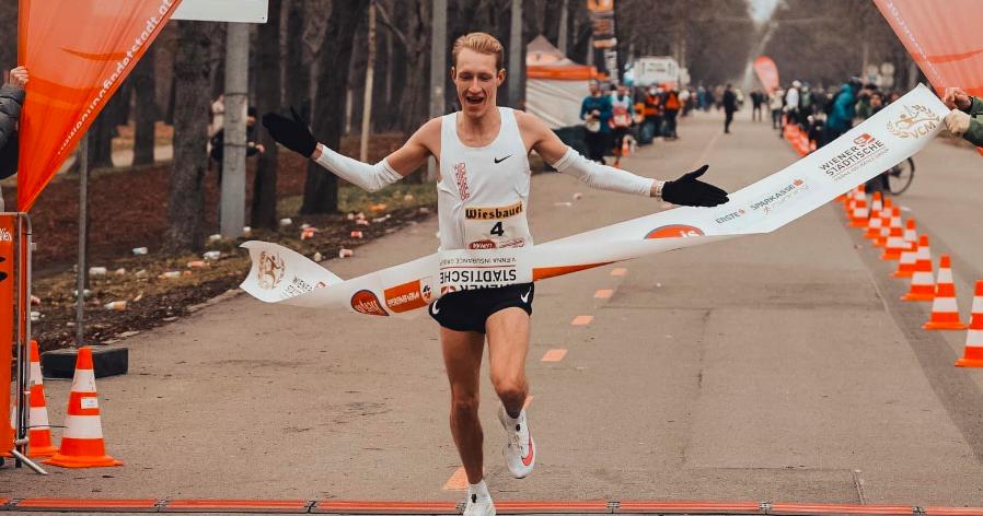 Marathonloper Koreman even held van de dag bij achtervolging winkeldief, breekt wel ribben