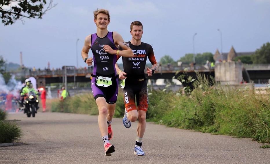 Ian Pennekamp pakt zege Ironman 5150 Maastricht na mooie strijd met Joost Somsen