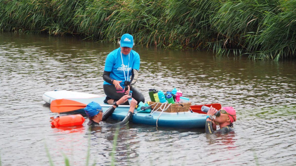 Marjon en Tine zwommen achttien kilometer Ronde Hoep: 'Wow, we hebben het gewoon gedaan'